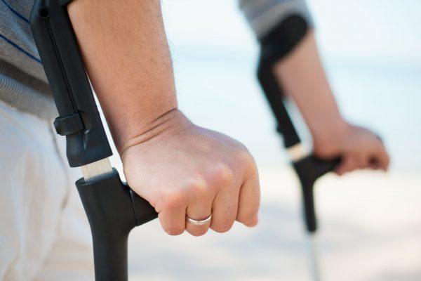mobilité réduite-béquilles